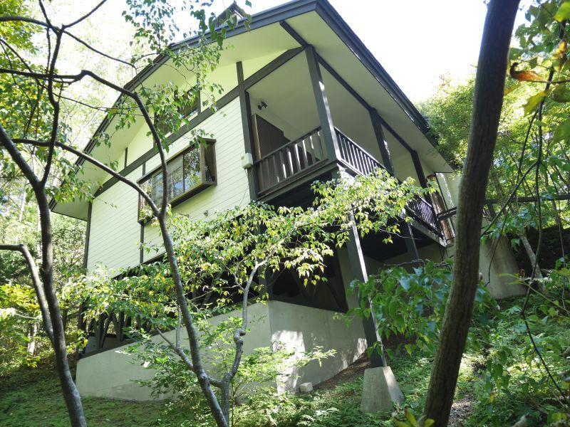 【中軽井沢北中古建物】深緑に包まれた木漏れ日に癒される自然環境