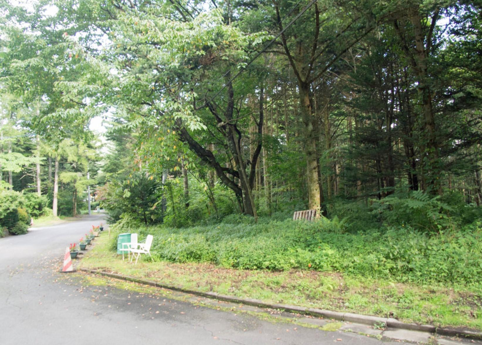 【長倉公園北 土地】中軽井沢徒歩10分!緑に囲まれた清流をたたえる900坪の土地