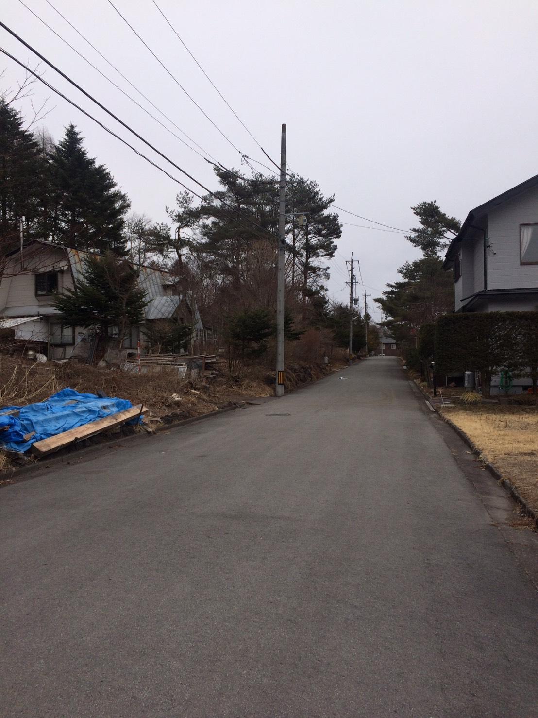 【西軽井沢_土地】伐採不要の南隣地が一段下がった整形地